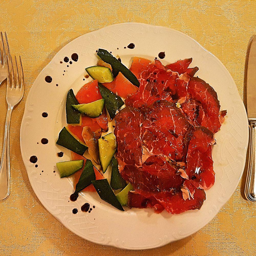 Entrecote marinato ai quattro pepi, aceto balsamico di Modena invecchiato e verdure confit