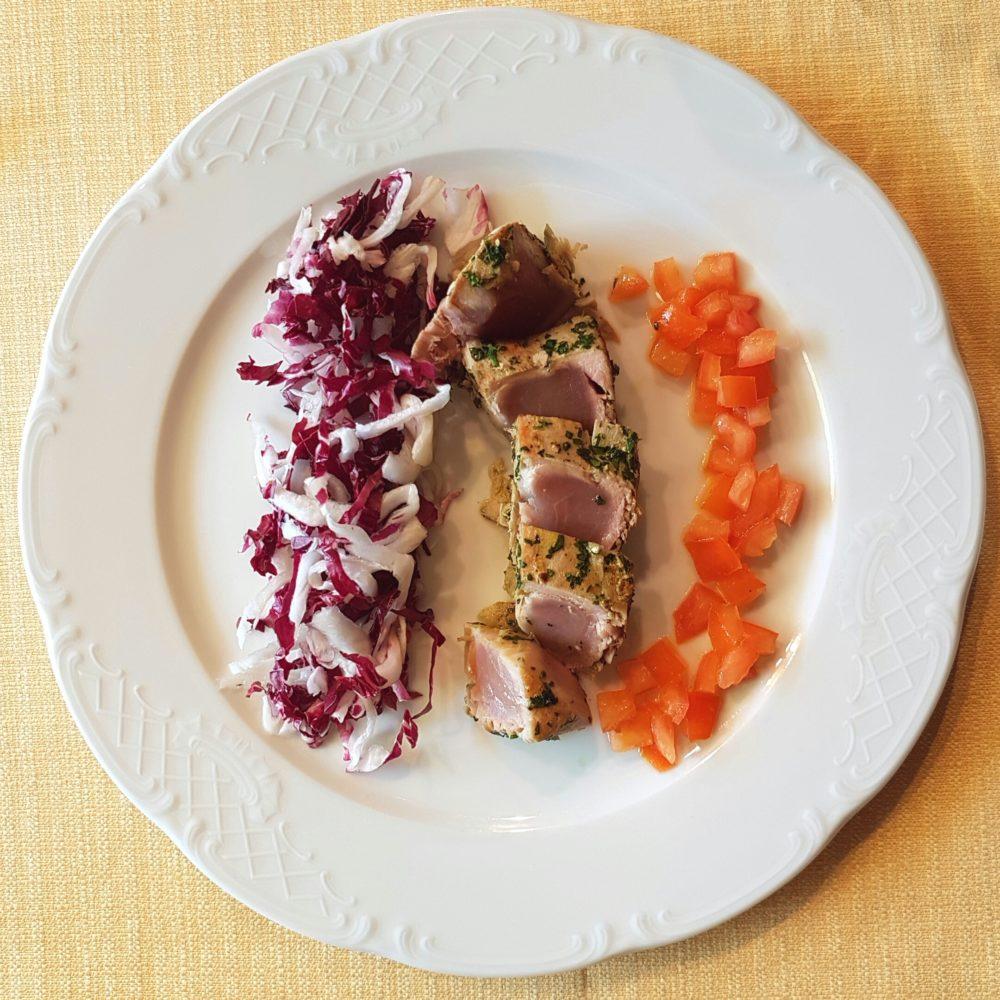 Tagliata di tonno rosso, insalatina di trevigiano e pomodoro ramato